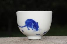 紫砂壶图片:生肖鼠 景德镇全手工手绘青花主人杯 - 全手工紫砂壶网