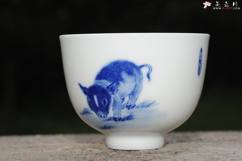 紫砂壶图片:生肖猪 景德镇全手工手绘青花主人杯 - 全手工紫砂壶网