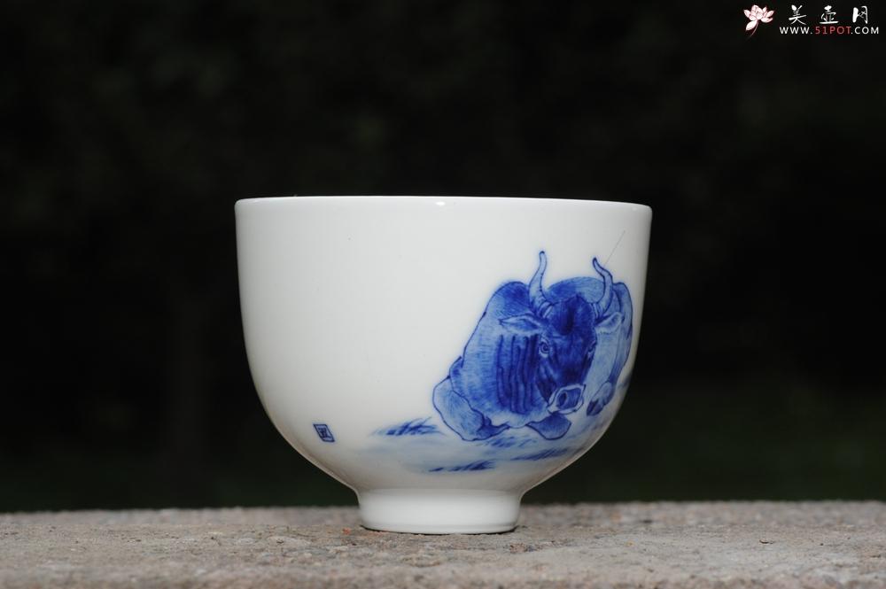 紫砂壶图片:生肖牛 景德镇全手工手绘青花主人杯 - 全手工紫砂壶网