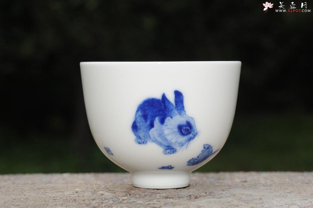 紫砂壶图片:生肖兔 景德镇全手工手绘青花主人杯 - 全手工紫砂壶网