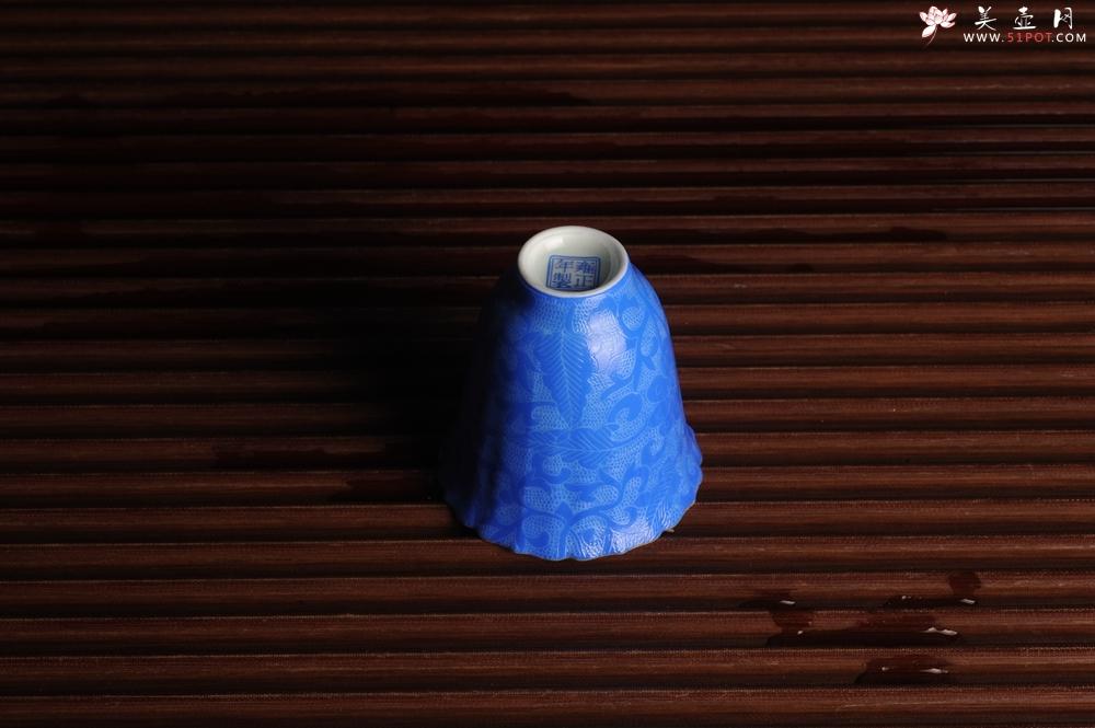 紫砂壶图片:纯手工景德镇摹古雍正蓝色扒花杯 灰常精致 送女友老婆 适合女士 - 全手工紫砂壶网