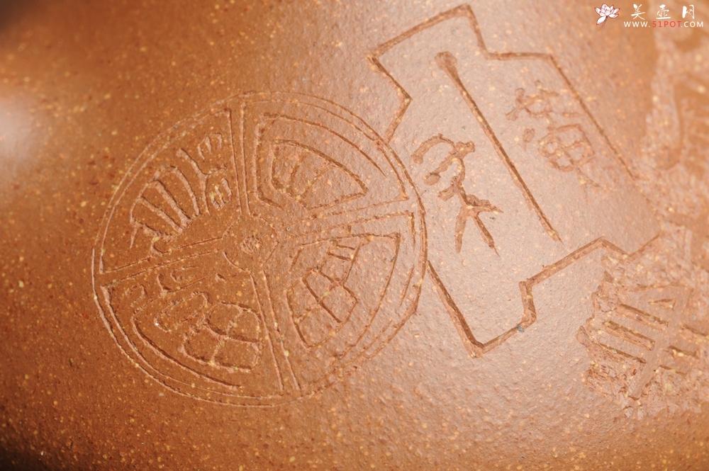 紫砂壶图片:油润五彩段泥 全手工薄胎子冶石瓢 饮之延年 助工俞霞精心摹古刻绘钱币纹 - 全手工紫砂壶网