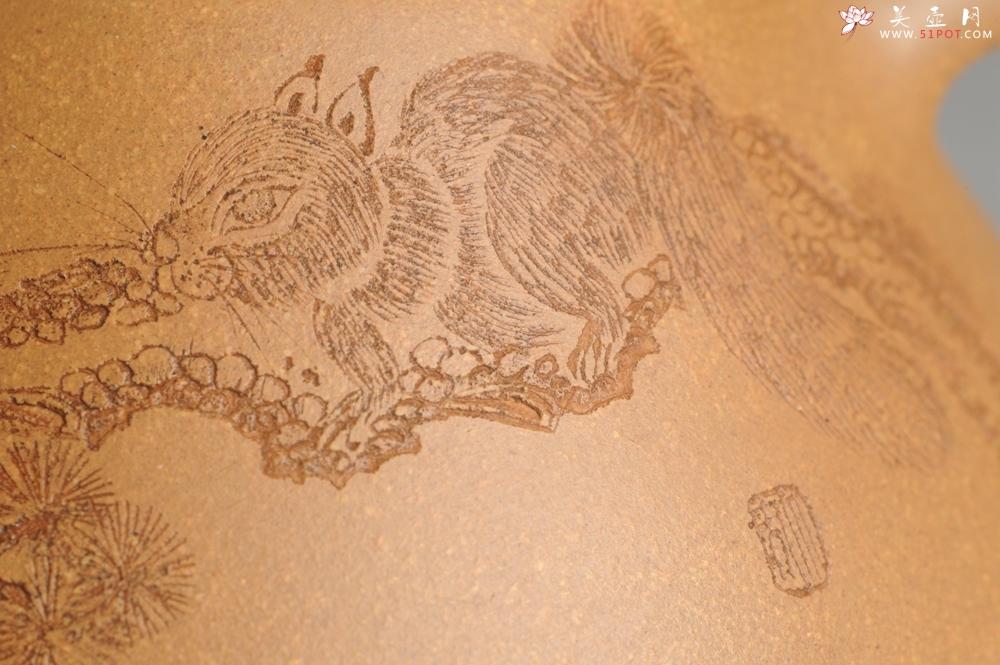 紫砂壶图片:油润老黄段泥(此泥料属于家藏老料!油润无比,识者自知!)全手工子冶石瓢 助工精心装饰松鼠 特文气 - 全手工紫砂壶网